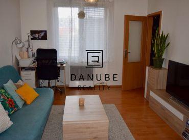 Predaj slnečný 2-izbový byt v Senci na Kollárovej ulici v blízkosti pešej zóny.