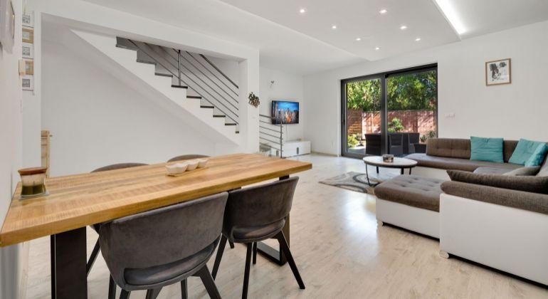 PREDANÉ: Krásny a moderný kompletne zariadený klimatizovaný dom v Kvetoslavove na predaj