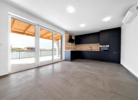REZERVOVANÝ - Na predaj 5 izbový rekreačný dom pri vode so súkromnou plážou a 2 terasami