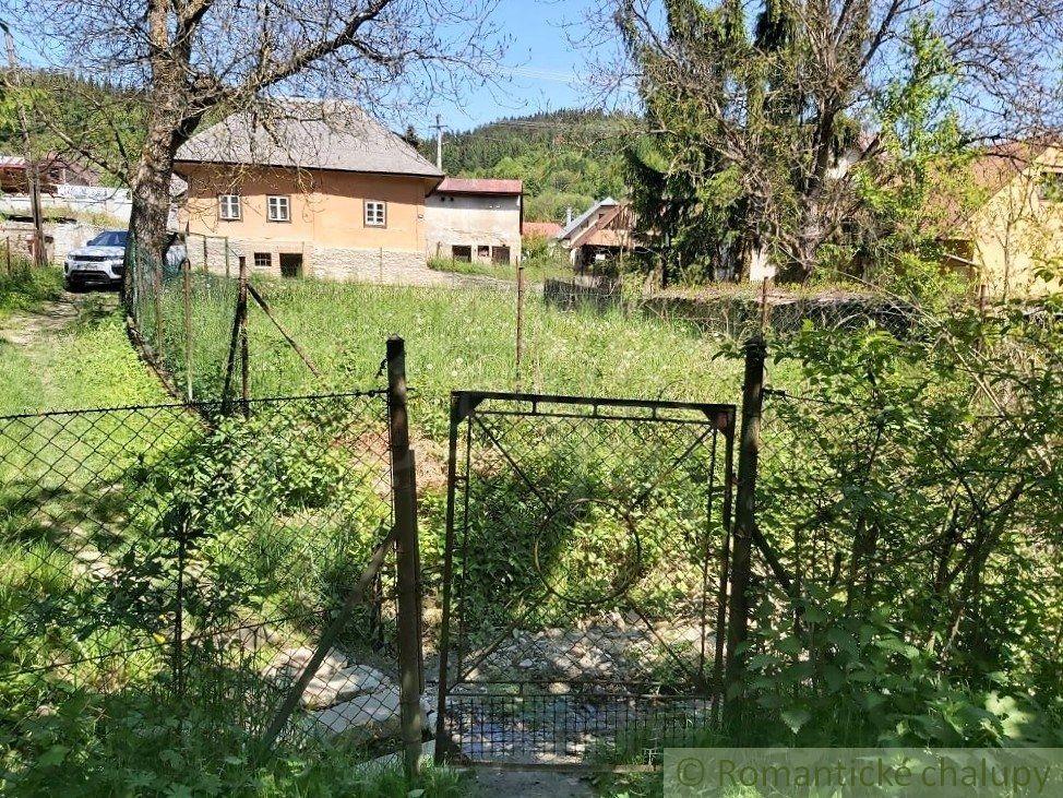 Väčší stavebný pozemok v prírodnom prostredí s potôčikom vo Veľkom Rovnom na predaj