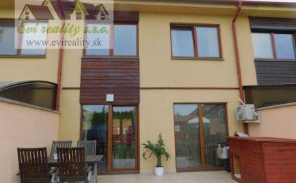 ZĽAVA! Na predaj dvojpodlažný 4. izbový, rodinný dom v radovej zástavbe vo vyhľadávanej lokalite mesta Senica.
