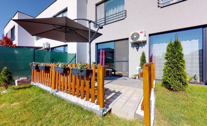 PREDAJ - priestranný 3 izbový mezonetový byt so záhradkou, ktorý je súčasťou dvojdomu neďaleko Bratislavy