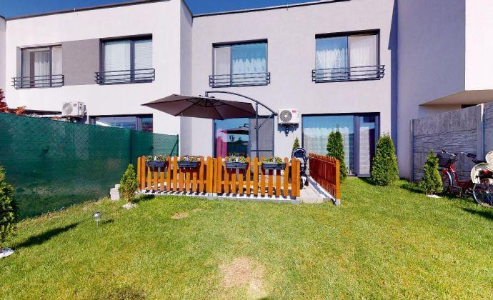 PREDAJ - priestranný 3 izbový mezonetový byt so záhradkou a tromi parkovacími miestami