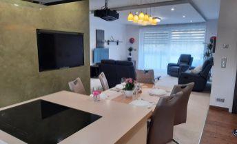 Luxusne prerobený veľkorozmerný byt v centre KN  (garáž, loggia, pivnica)  PREDAJ