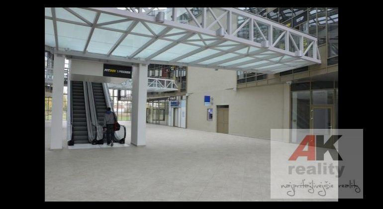 Prenájom obchodných priestorov za priaznivú cenu na 1.poschodí obchodnej galérie s dostatočnou parkovacou kapacitou, atraktívna novostavba, výborná lokalita.