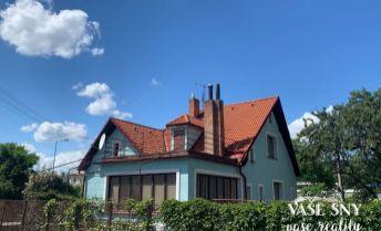 Na predaj očarujúci rodinný dom so slnečným pozemkom v blízkosti centra mesta Trenčín.
