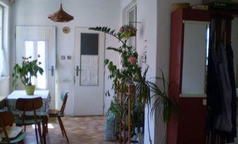 Na predaj zachovalý, udržiavaný rodinný dom  v tichom krásnom prostredí neďaleko mesta v malebnej obci Pastuchov, pozemok 490m2. Treba vidieť !!!!