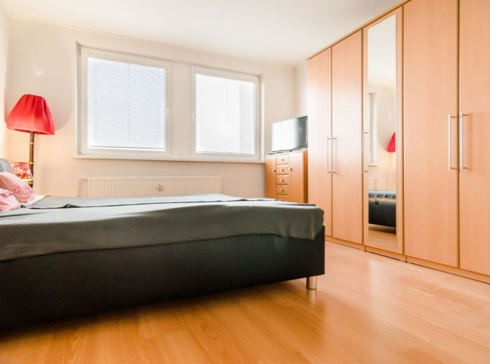 PODZÁHRADNÁ, 3-i byt, 77 m2 - so ZARIADENÍM, pivnica, LOGGIA, čiastočná REKONŠTRUKCIA, ihneď VOĽNÝ