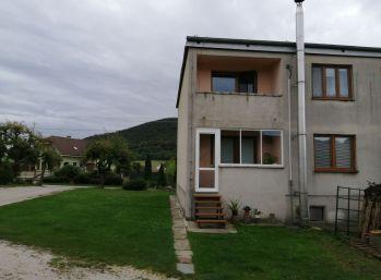 Na predaj 3i. byt v obci Košariská, 70 m2, balkón, 2x garáž