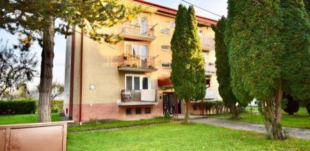NA PREDAJ - priestranný 3i byt s balkónom a vlastnou záhradkou v obci Pruské