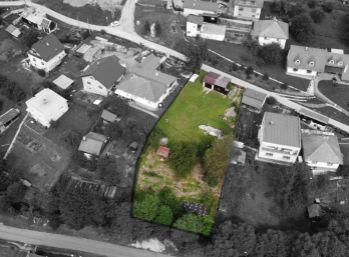 Exkluzívne. Slnečný stavebný pozemok s hospodárskymi budovami a garážou o celkovej rozlohe 1160 m2 v tichej časti obce Slovinky