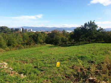 ** Na predaj slnečný stavebný pozemok určený na výstavbu RD - 1952 m2 - Nové Mesto n/V **