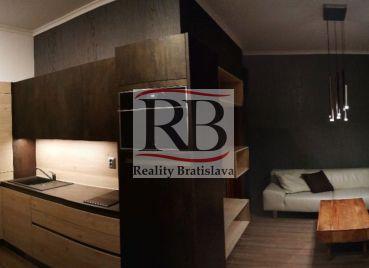 2izbový byt na Gunduličovej ulici s výhľadom do historickej ulice a na Bratislavský hrad