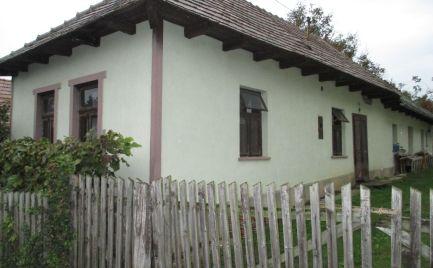 MAĎARSKO - GONC 2 IZBOVÝ ZACHOVALÝ RD V STREDE PRIESTRANNÉHO POZEMKU 1180 M2