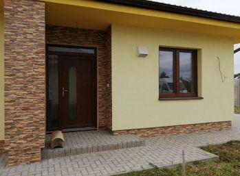 Predaj 3 izb. novostavby bungalovu na 4,67á pozemku v obci Báč