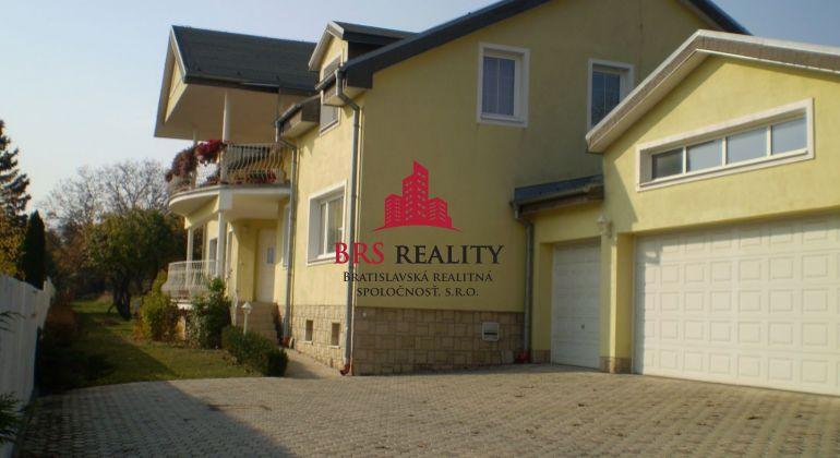 Predávame Luxusný viacgeneračný dom v lokalite Pereš Garáž pre 4 vozidlá