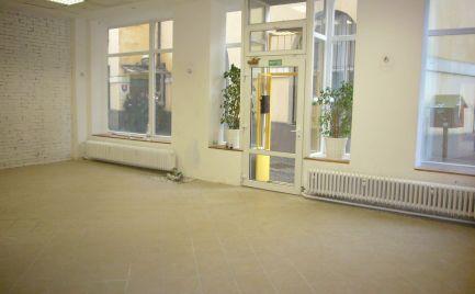 Ponúkame na prenájom obchodný priestor s  výkladom na Dulovom námestí, lokalita Bratislava II.-Ružinov, Nivy