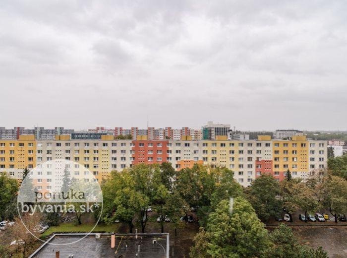 PREDANÉ - MUŠKÁTOVÁ, 1-i byt, 45 m2 – TOP LOKALITA, veľký balkón, VÝHĽAD NA 3 SVETOVÉ STRANY, zeleň a parky