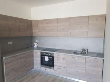 Zariadený 2 izbový byt s predzáhradkou