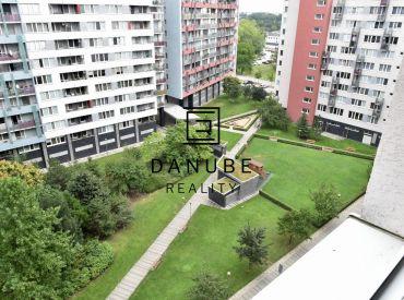 Predaj priestranný 2-izbový byt pri Kuchajde na Tomášikovej ulici v Bratislave – Nové Mesto.