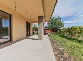 REZERVOVANÝ - Predaj priestranného bungalovu s veľkým pozemkom, Kynceľove Kračany