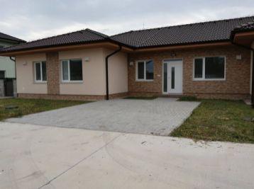 Predaj 3 izb.bytu v štandarde s vlastným pozemkom v trojbytovej novostavbe s charakterom rodinného domu, Báč
