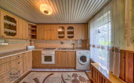 Veľmi pekný dom s malým pozemkom a garážou v širšom centre Prešova na predaj.