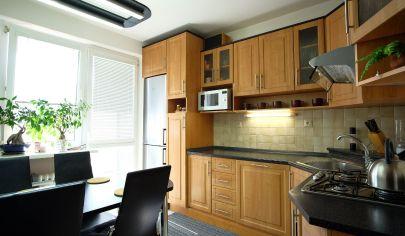 Na predaj zrekonštruovaný a zariadený 4 izbový byt.