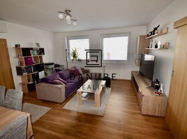 Predaj priestranný 3-izbový byt s balkónom a loggiou vo vyhľadávanej lokalite Bratislava – Ružinov na Mierovej ulici.