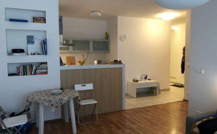Ponúkame do prenájmu čiastočne zariadený 2 izbový byt + s terasou 40m2 a klimatizáciou na ulici Jána Stanislava, Bratislava IV., Dlhé Diely.