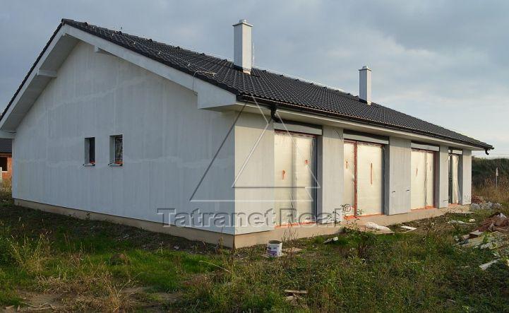 Kvalitný 4 izb. moderný dom, tehlový, tiché miesto, súkromie, ÚP 90 m2 + terasa 18 m2, pozemok 444 m2, Sládkovičovo