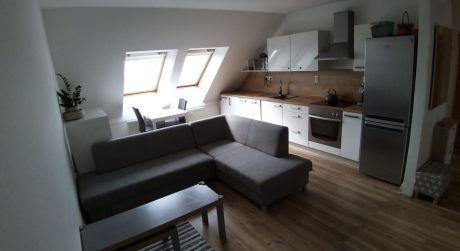 Kuchárek-real: Ponúka 3 izbový byt s garážovým státim, Modra-Kráľova.