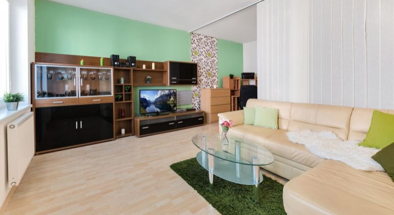 = REZERVOVANÉ = Veľký 1-izbový byt so samostatnou kuchyňou a balkónom, Vyšehradská ul., Petržalka