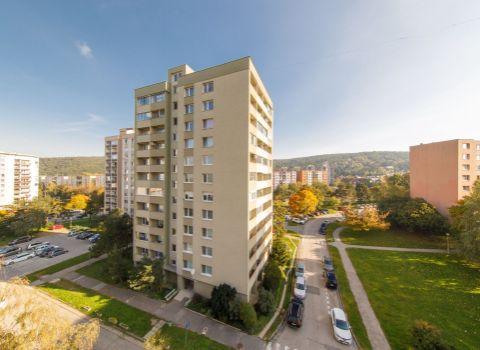 Na predaj 2 izbový byt s možnosťou prerobenia na 3 izbový byt s dvoma loggiami v Lamači na Heyrovského ulici