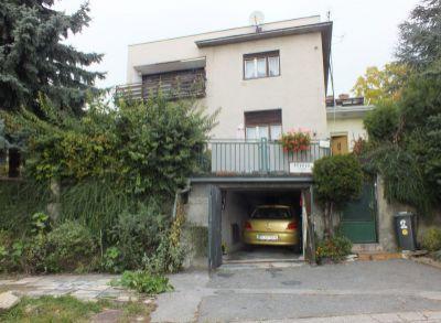 Classic Real ponúka na predaj mestskú vilu na Révovej ul, Bratislava- Staré mesto, v pôvodnom stave s veľkým potenciálom.