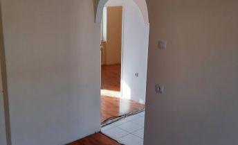 predaj 3-izbový tehlový byt s balkónom + pivnica, vlastné kúrenie a ohrev vody