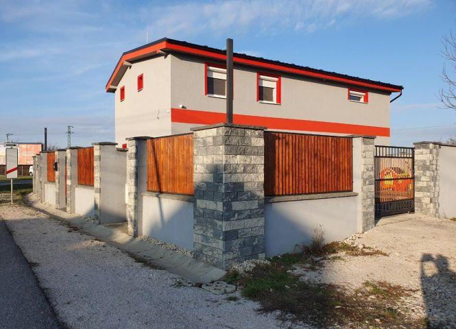 Rodinný dom - Komjatice - Fotografia 1