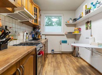 REZERVOVANÝ - Predaj sympatického 3 izb. bytu s kompletným zariadením 67 m2 + vlastnou murovanou pivnicou 10 m2, Dunajská ulica