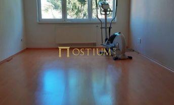 Veľkometrážny, presvetlený 1-izbový byt priamo v centre mesta PEZINOK