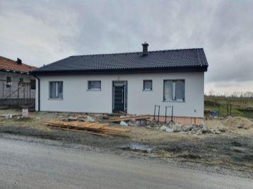 Veľkoryso riešený 4-izbový bungalov v malebnej obci Častá na upätí Malých Karpát
