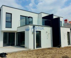Luxusný 3 izbový byt s terasou a s vlastným parkovacím miestom v 4 bytovke Nadine