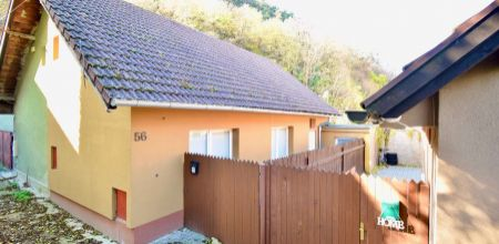 NEWHOUSE REALITY Vám  ponúka na predaj  3 izbový dom,  po rekonštrukcii v blízkom centre mesta Trenčín