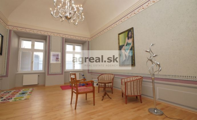 Reprezentačný 5-izbový zariadený byt v barokovom paláci v centre Bratislavy, 180 m2, 2.posch.