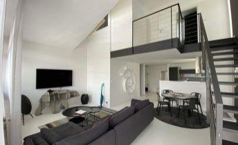 Prenájom- luxusný 2 izbový mezonet (126 m2: byt 86 m2 + terasa 40 m2) s garáž. státím v novostavbe na začiatku Petržalky , Zadunajská cesta, Bratislava V