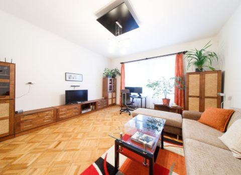 Na predaj 3 izbový priestranný byt s vysokými stropmi na Grösslingovej ulici