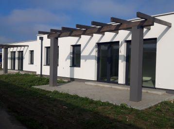 Skolaudovaný 4 izb. bungalow s terasou na 4 ár. pozemku - Slovenský Grob