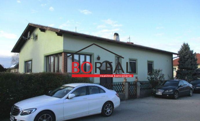 Veľký rodinný dom v pokojnej vilovej štvrti s veľkou záhradou v obci Prellenkirchen - Rakúsko len 17km od Bratislavy.