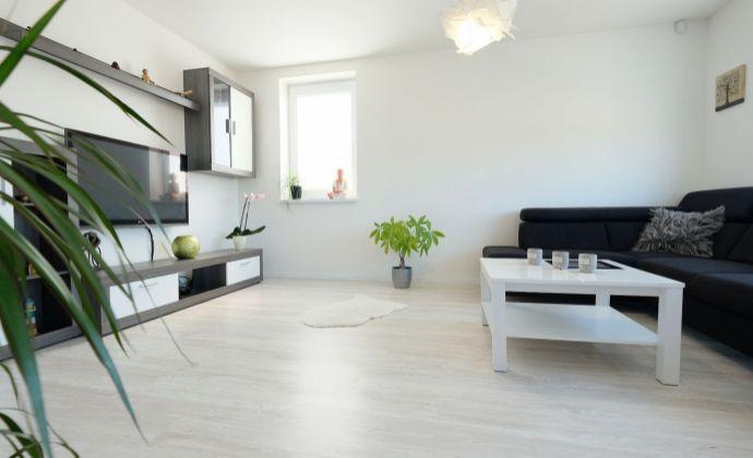 Moderný a svetlý 3-izbový byt s balkónom s pekným výhľadom, 2x parkovanie, Hamuliakovo
