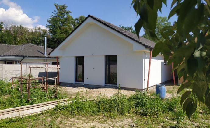 Kvalitný 4-izbový bungalov, 2x terasa, 3x parkovanie, pivnica, Hamuliakovo