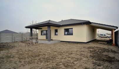 Na predaj 4 izbový rodinný dom s pozemkom 592 m2, terasa, prístrešok.